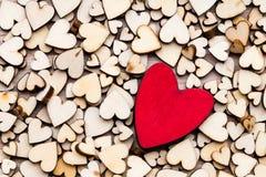 Coeurs en bois, un coeur rouge sur le fond de coeur Photographie stock libre de droits