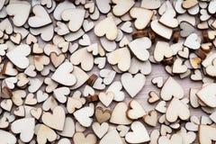 Coeurs en bois, un coeur rouge sur le fond de coeur Images stock