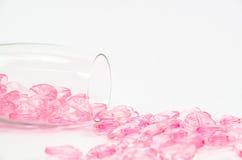 coeurs en cristal roses en verre sur le fond blanc Image stock