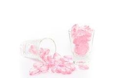 coeurs en cristal roses en verre sur le fond blanc Photographie stock libre de droits