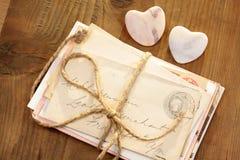 Coeurs en pierre avec les lettres attachées Image stock