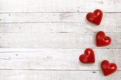 Coeurs en pierre sur le fond en bois Photographie stock