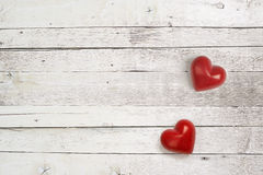 Coeurs en pierre sur le fond en bois Photo stock