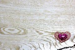 Coeurs en plastique d'éclat sur le fond en bois clair Image libre de droits