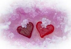 Coeurs en verre dans la neige de fonte Images libres de droits