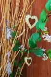 Coeurs et étoiles accrochant sur la branche sèche Photographie stock