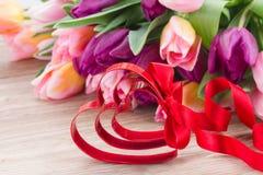 Coeurs et arc rouges Photo stock