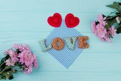 Coeurs et biscuits rouges pour le jour de valentines Images stock