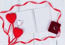 Coeurs et bloc-notes de jouet de jour de valentines pour votre texte Vue supérieure sur la table en bois Images stock