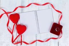 Coeurs et bloc-notes de jouet de jour de valentines pour votre texte Vue supérieure sur la table en bois Photographie stock libre de droits