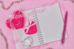 Coeurs et bloc-notes de jour de valentines pour votre texte Vue supérieure sur la table en bois images stock