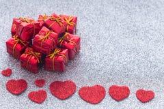 Coeurs et boîte-cadeau décoratifs avec l'espace pour des dévouements pour aimés Photo libre de droits