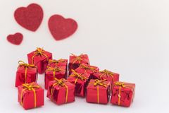 Coeurs et boîte-cadeau décoratifs avec l'espace pour des dévouements pour aimés Images stock