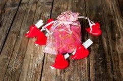 Coeurs et boîte-cadeau pour le jour de valentines Photo stock
