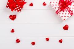 Coeurs et boîte-cadeau rouges photos stock