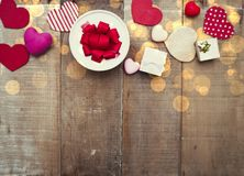 Coeurs et boîte-cadeau sur le fond en bois Photographie stock libre de droits