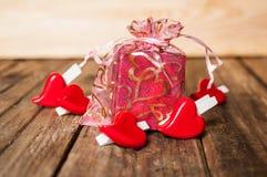 Coeurs et boîte-cadeau sur le fond en bois Image libre de droits