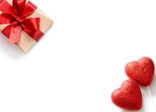 Coeurs et cadeau rouges sur le fond blanc, l'espace de copie Image libre de droits