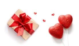 Coeurs et cadeau rouges sur le fond blanc, l'espace de copie Photo stock