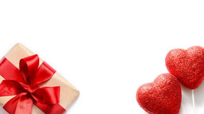 Coeurs et cadeau rouges sur le fond blanc, l'espace de copie Images libres de droits