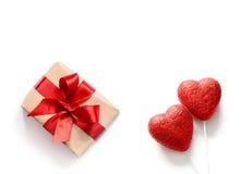 Coeurs et cadeau rouges sur le fond blanc, l'espace de copie Photographie stock libre de droits
