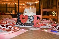 Coeurs et contexte en bois de jour du ` s de Valentine Images libres de droits