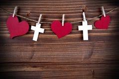Coeurs et croix sur une ligne Photos libres de droits