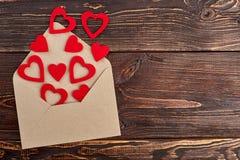 Coeurs et evelope de papier rouges, vue supérieure Photographie stock