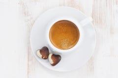 coeurs et expresso de chocolat sur la table blanche, vue supérieure Photos stock