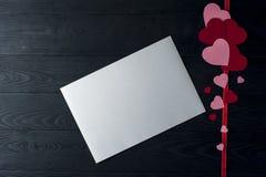Coeurs et feuille blanche sur le fond en bois Image libre de droits