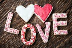 Coeurs et l'amour de mot des biscuits pour les vacances Valentine Image stock