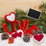 Coeurs et l'amour de mot fait de tissu avec la bougie brûlante Photo stock