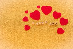 Coeurs et lettrage décoratifs, je t'aime, sur le fond d'or brillant comme symbole de l'amour avec un endroit pour votre propre d Photos stock