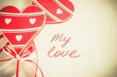 Coeurs et notes en bois mon amour sur le Tableau léger Images libres de droits
