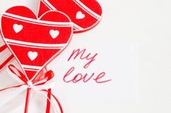 Coeurs et notes en bois mon amour sur le Tableau rustique léger Photos libres de droits