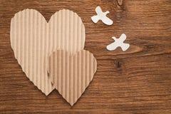 Coeurs et oiseaux faits de carton Image stock