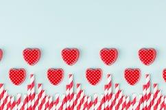 Coeurs et pailles rouges lumineux de cocktail en tant que frontière décorative sur le fond de papier en pastel en bon état Concep photographie stock
