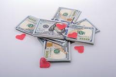 Coeurs et paquet rouges de dollar US Images libres de droits