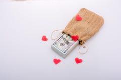 Coeurs et paquet rouges de dollarin des USA un sac Photos libres de droits
