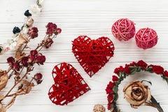 Coeurs et roses élégants sur le fond en bois blanc Vale heureux Photo libre de droits