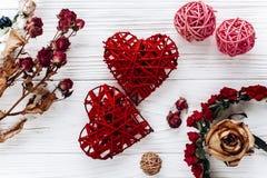Coeurs et roses élégants sur le fond en bois blanc Vale heureux Photos stock