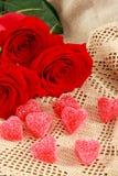 Coeurs et roses romantiques de sucrerie Photographie stock