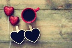 Coeurs et tasse de café rouges sur le fond en bois Images libres de droits