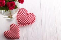 Coeurs et un bouquet des roses roses dans un vase Photo libre de droits