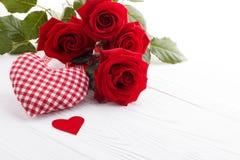 Coeurs et un bouquet des roses rouges sur le conseil en bois, Photographie stock