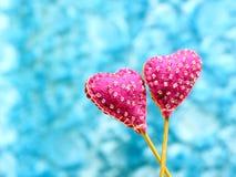 Coeurs fabriqués à la main décoratifs sur le fond de ciel Photographie stock