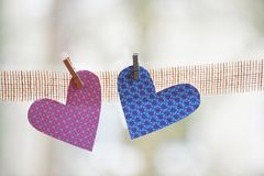 Coeurs faits de papier rose et bleu coloré Image libre de droits