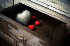 Coeurs faits de pierre et bois dans un tiroir, Saint Valentin Photos stock