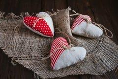 Coeurs faits de tissu images stock