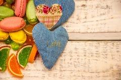 Coeurs faits de tissu et citron photographie stock libre de droits
